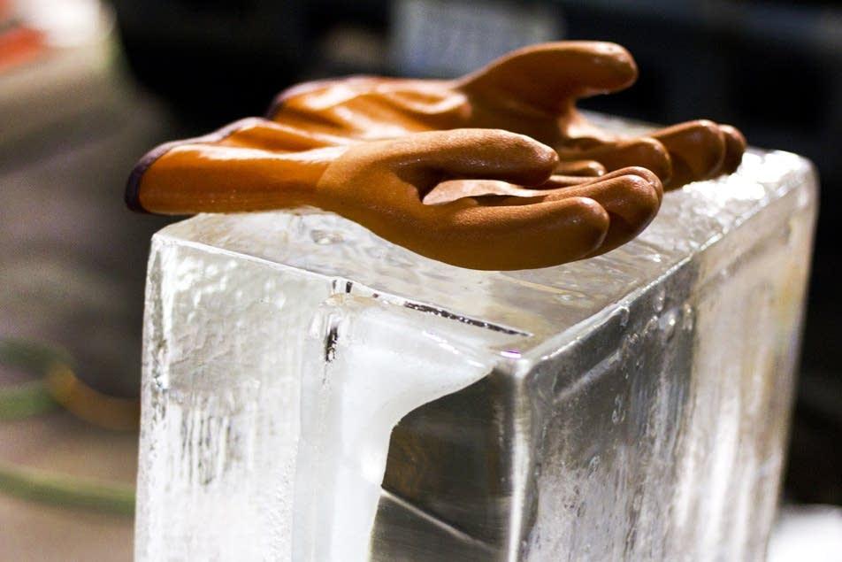 Gloves rest ice