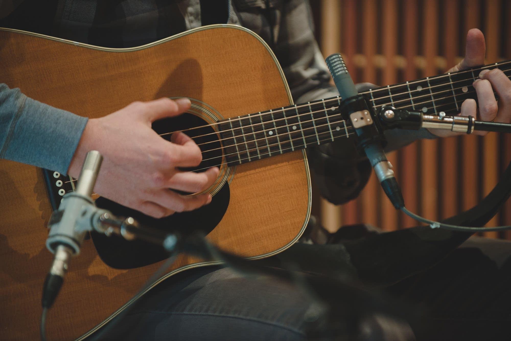 mason jennings plays guitar