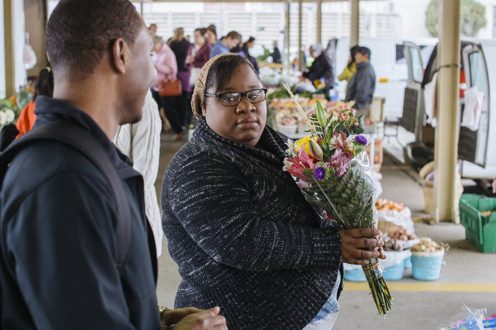 Eli and Shaundelle buy flowers.