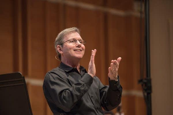 Rob Kapilow conducting