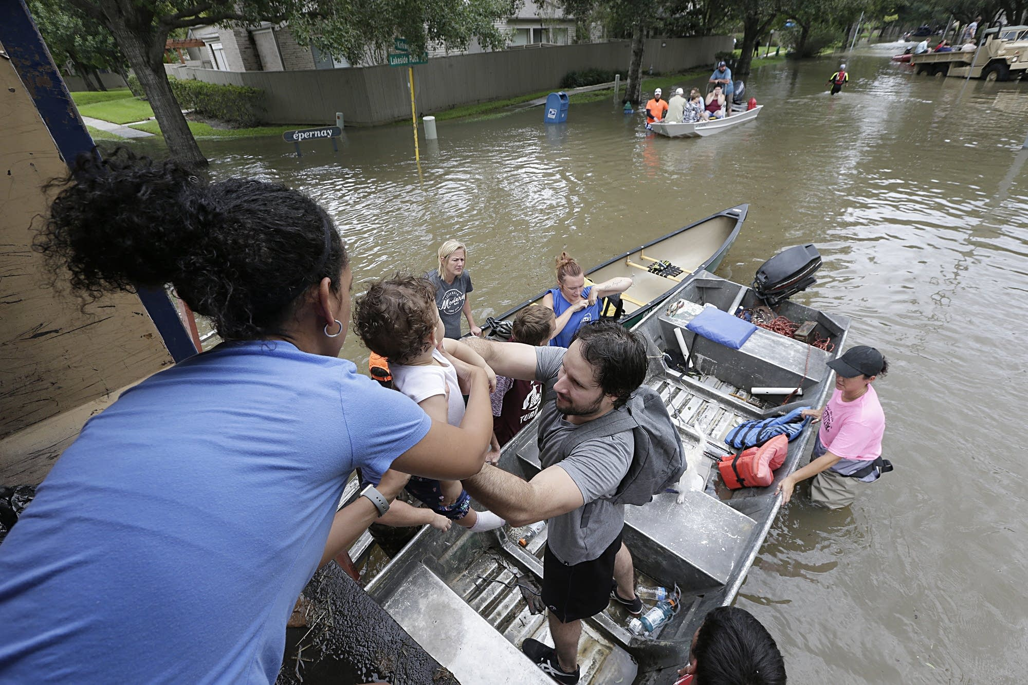 5c0a81e1c Rescuers start block-by-block search of flooded Houston