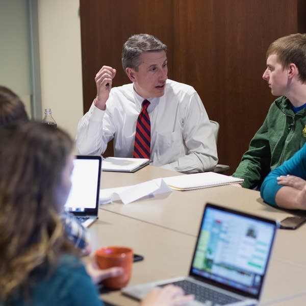 Kevin Kimle works with students during an incubator session.