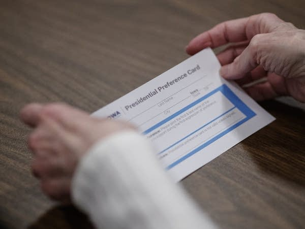 An attendee examines a blank Presidential Preference Card