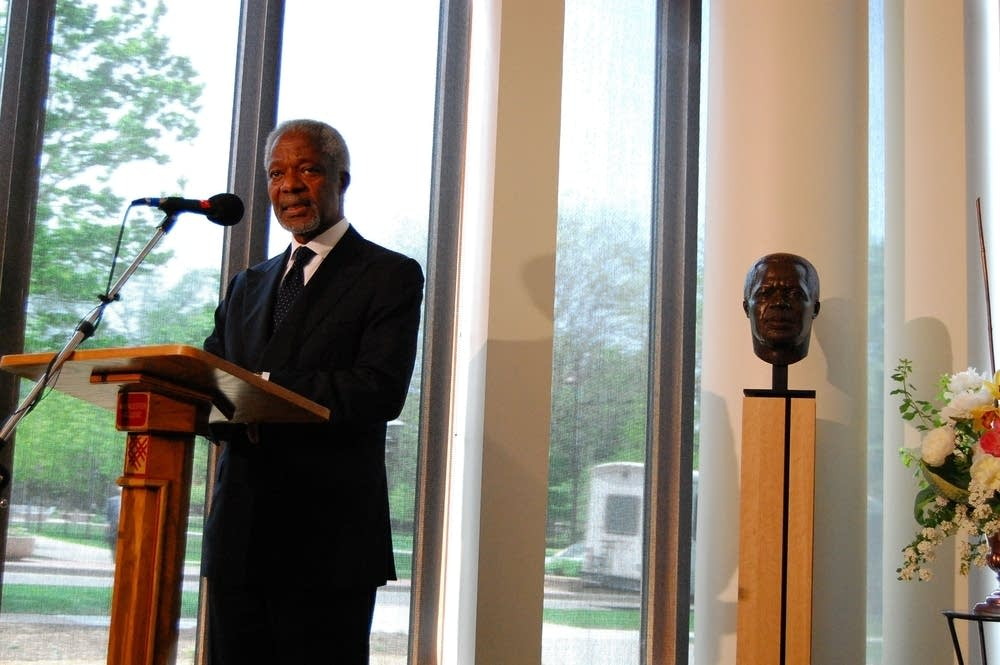 Kofi Annan standing with his statue
