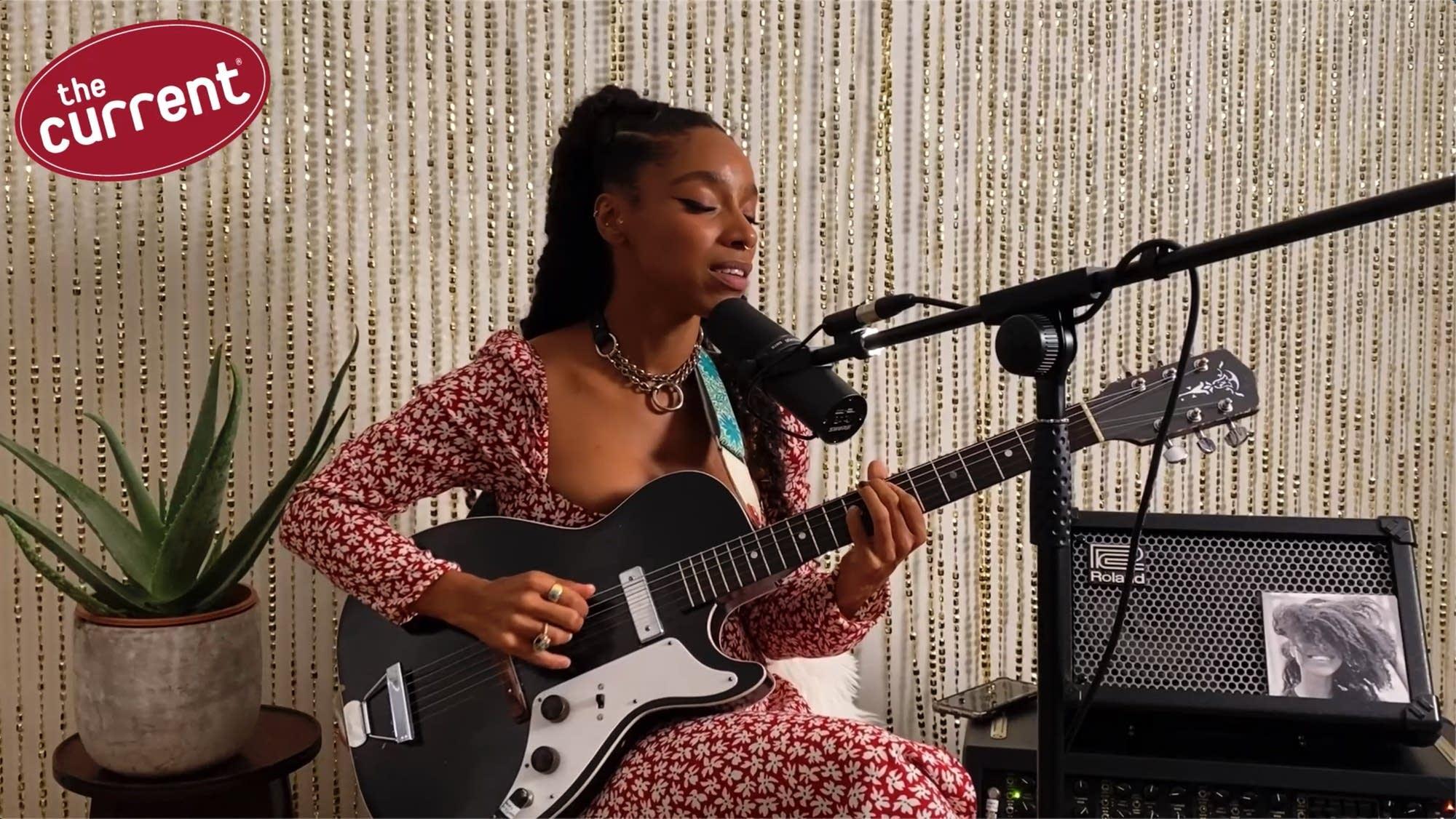 Lianne La Havas singing and playing guitar