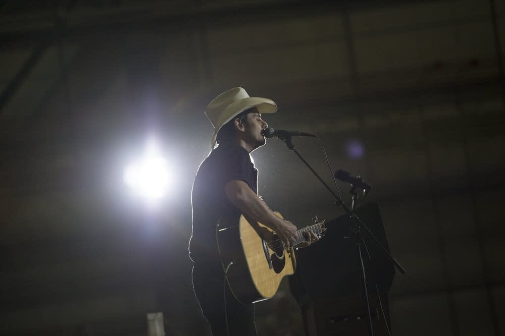 Brad Paisley sings to US troops