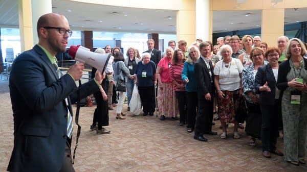 Dan Thiede organizes photo of city officials.