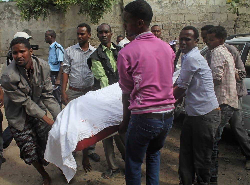 Somalis carry the  body of Saado Ali Warsame