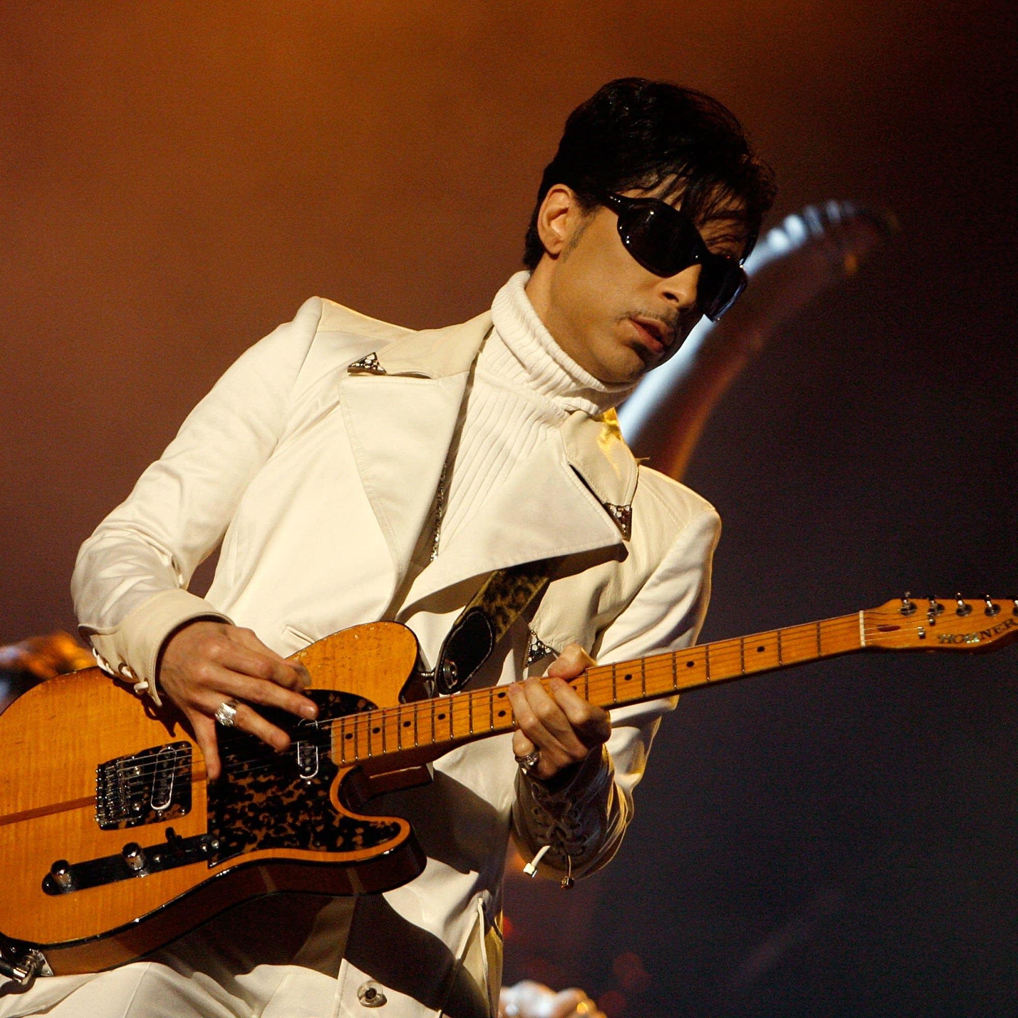 Prince plays guitar in Pasadena