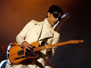 Prince plays guitar in Pasadena