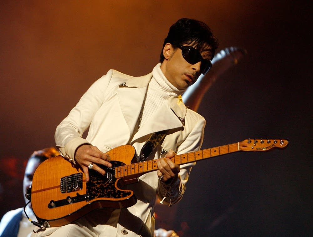 Prince playing guitar in 2007