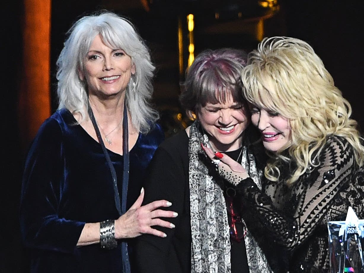 Linda Ronstadt (center) with Emmylou Harris (left) and Dolly Parton.