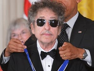 Bob Dylan receives Medal of Freedom in 2012