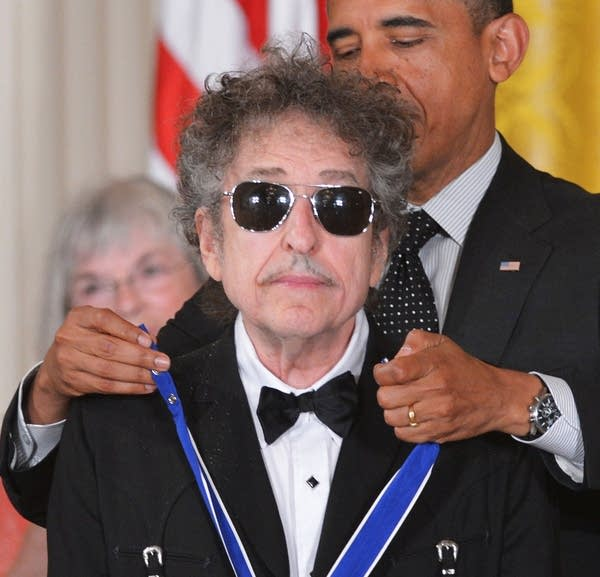 Bob Dylan receives Medal of Freedom