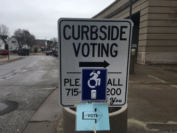 A sign points to where voters can complete curbside voting.