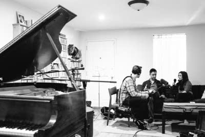 C039a4 20170607 vijay iyer playing piano at home 01