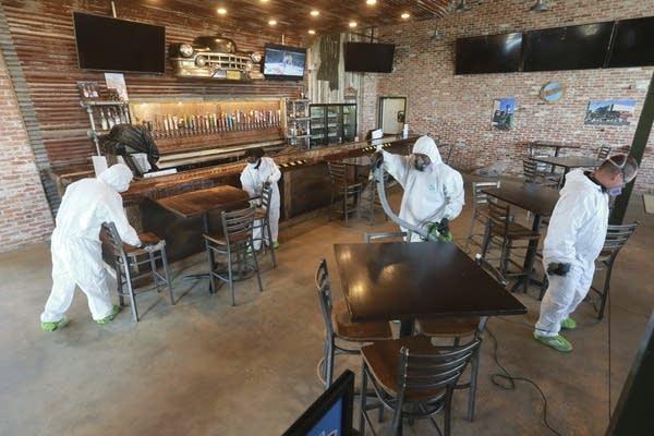 Les travailleurs désinfectent un restaurant.