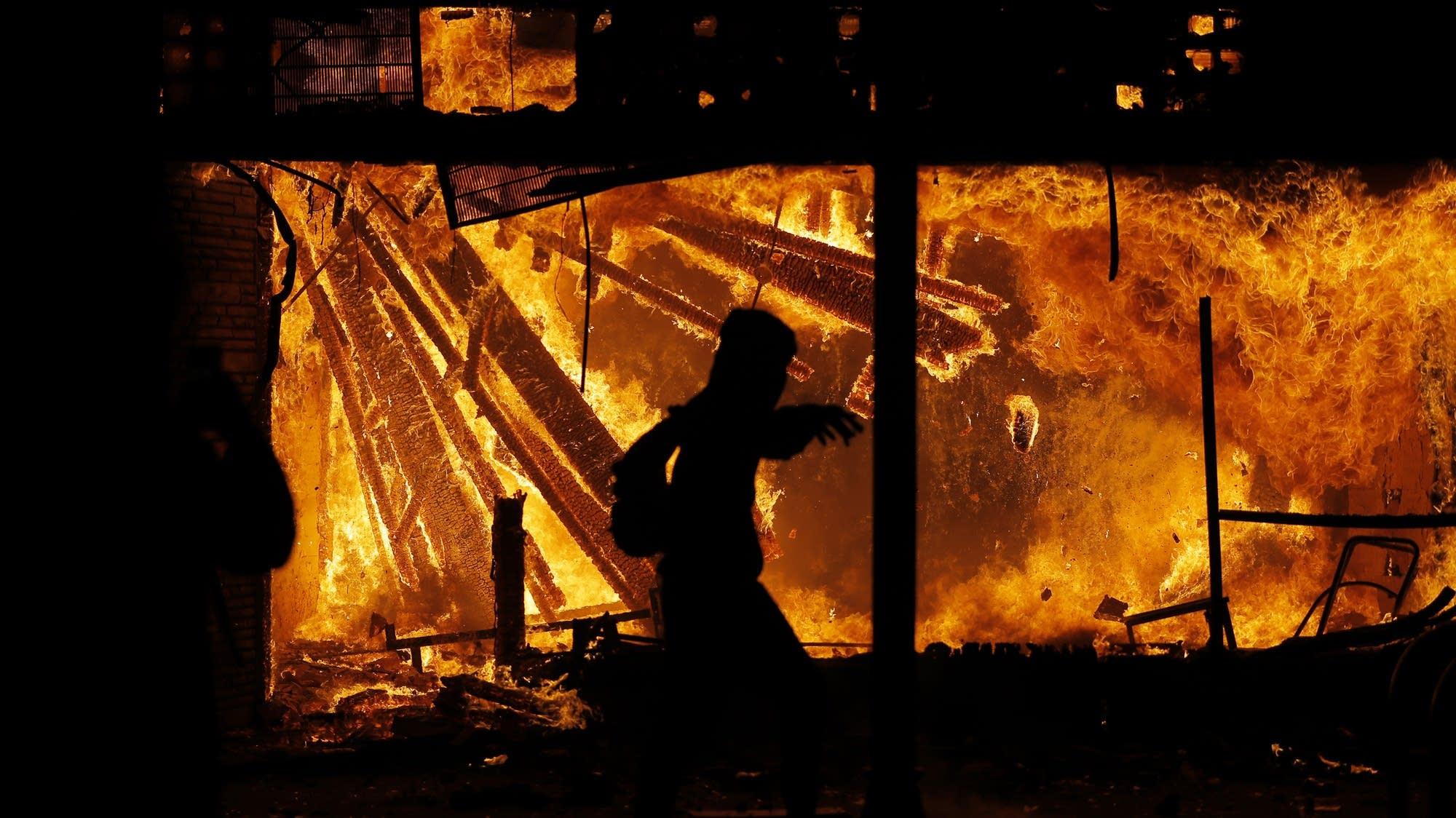85a984 20200529 floyd protest fire ap01