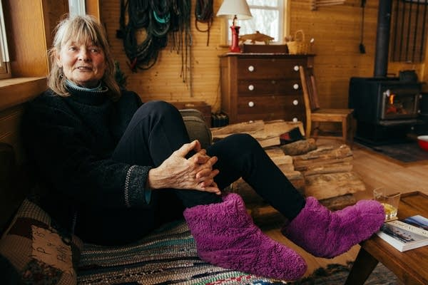 Barbi Bell discusses houseboat life in a friend's living room.
