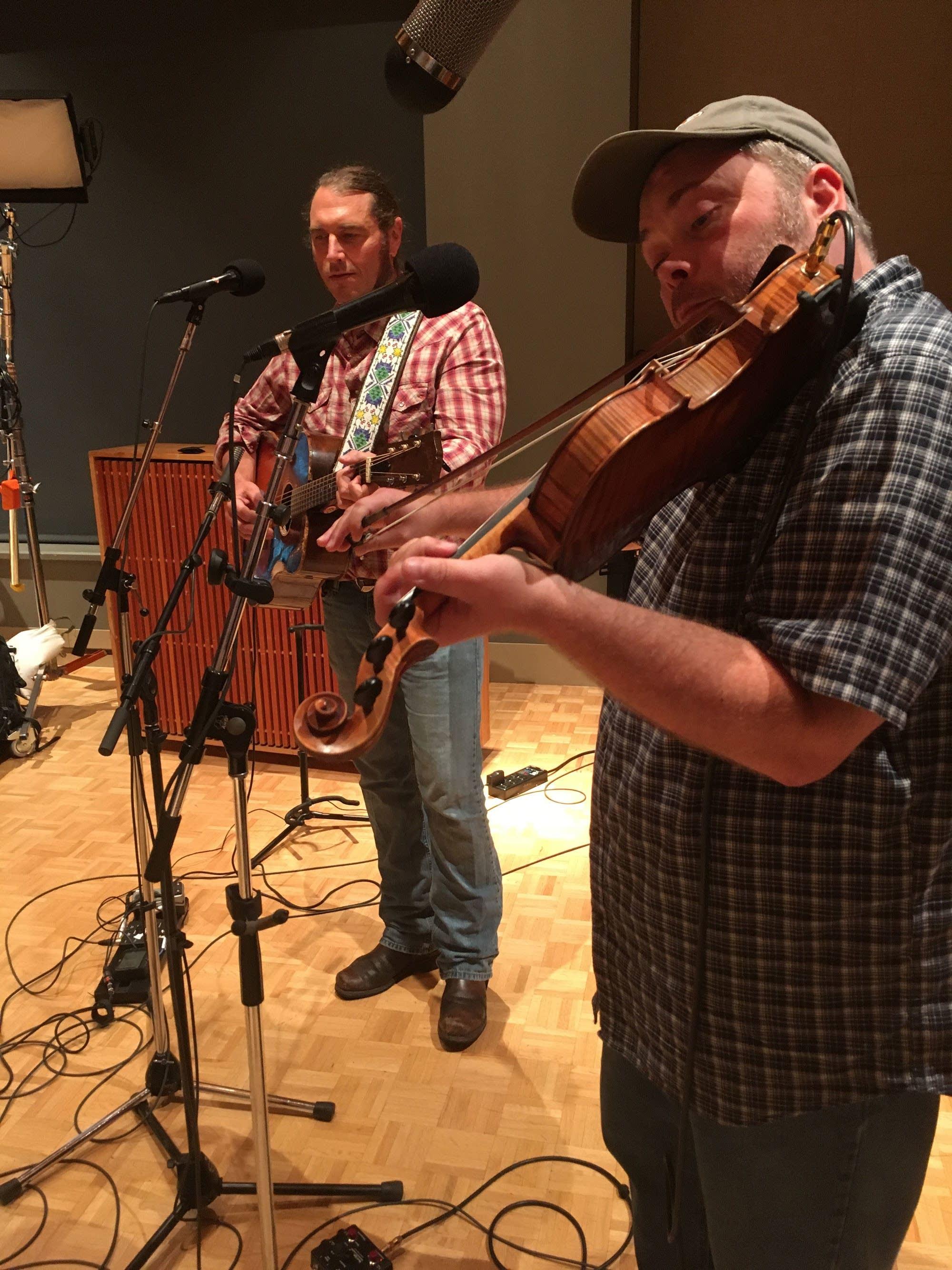 Pushing Chain perform at Radio Heartland
