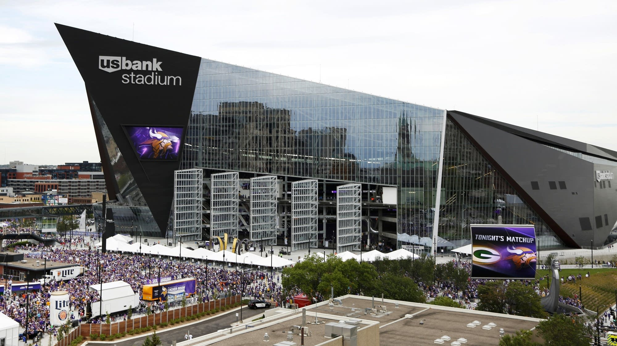 Fans arrive at Vikings-Packers game Sunday.