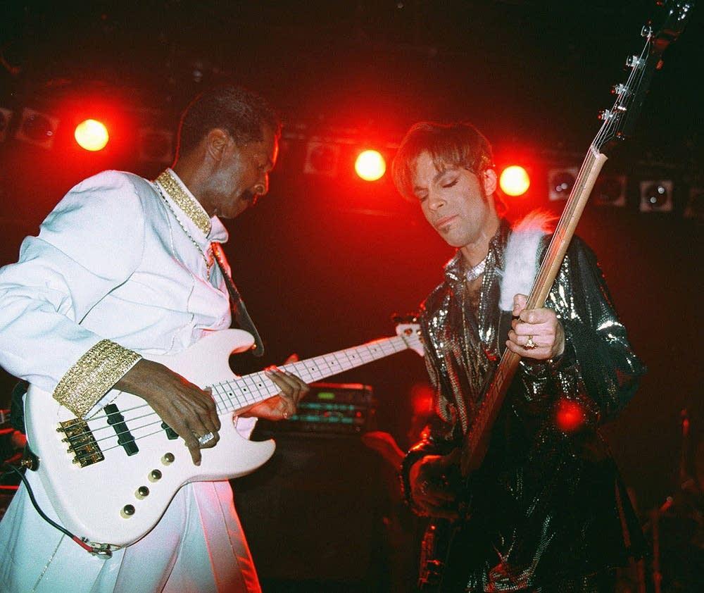 Prince plays night club