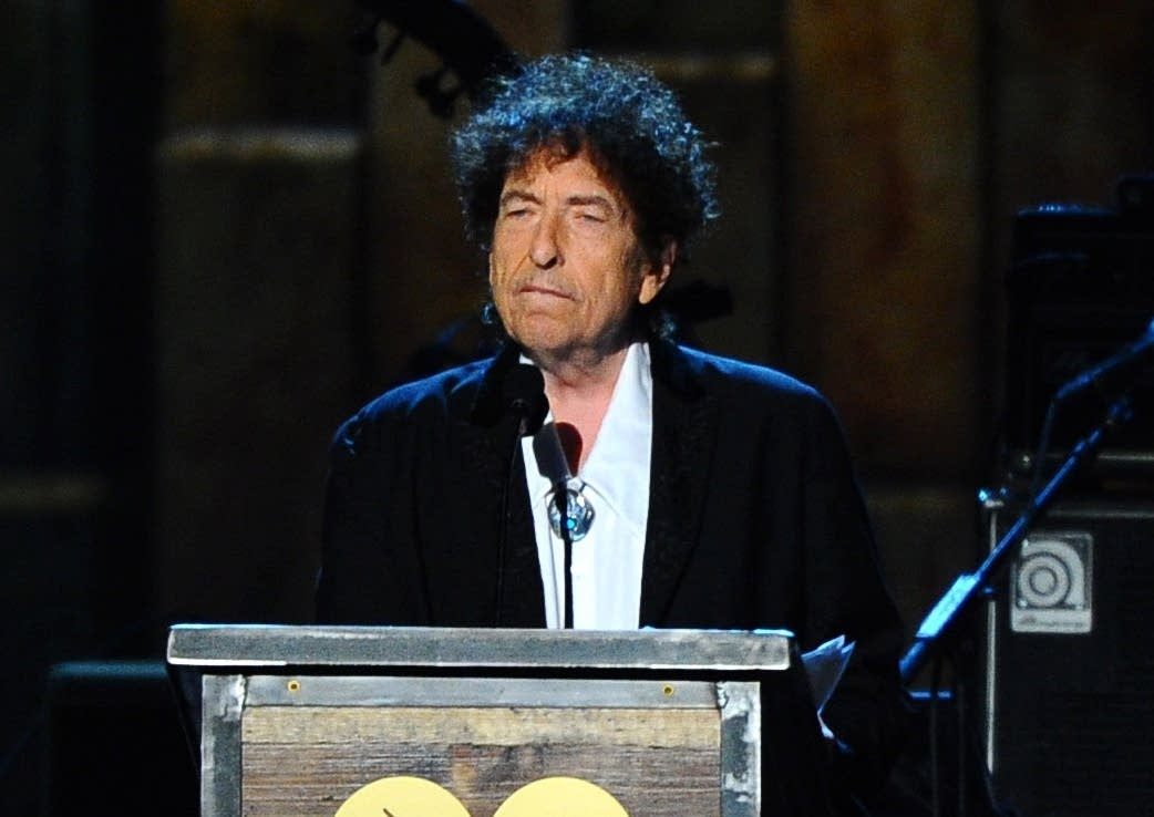 Bob Dylan accepts the 2015 MusiCares Person of the Year award