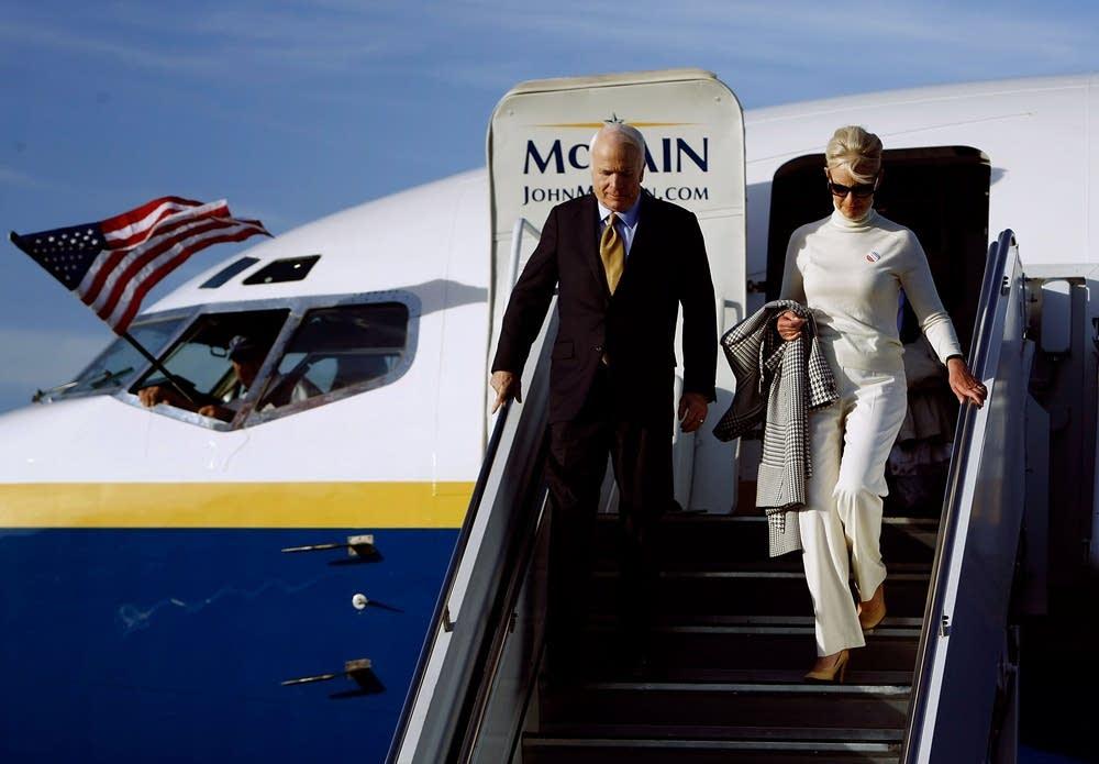 McCains leave a plane