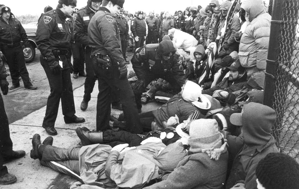 Police confront strikers during 1985 Hormel strike