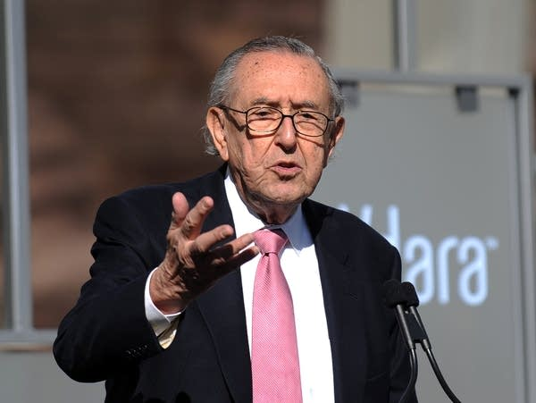 Architect Cesar Pelli delivers a speech