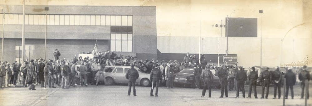 Demonstrators blocked Hormel plant/April 11, 1985