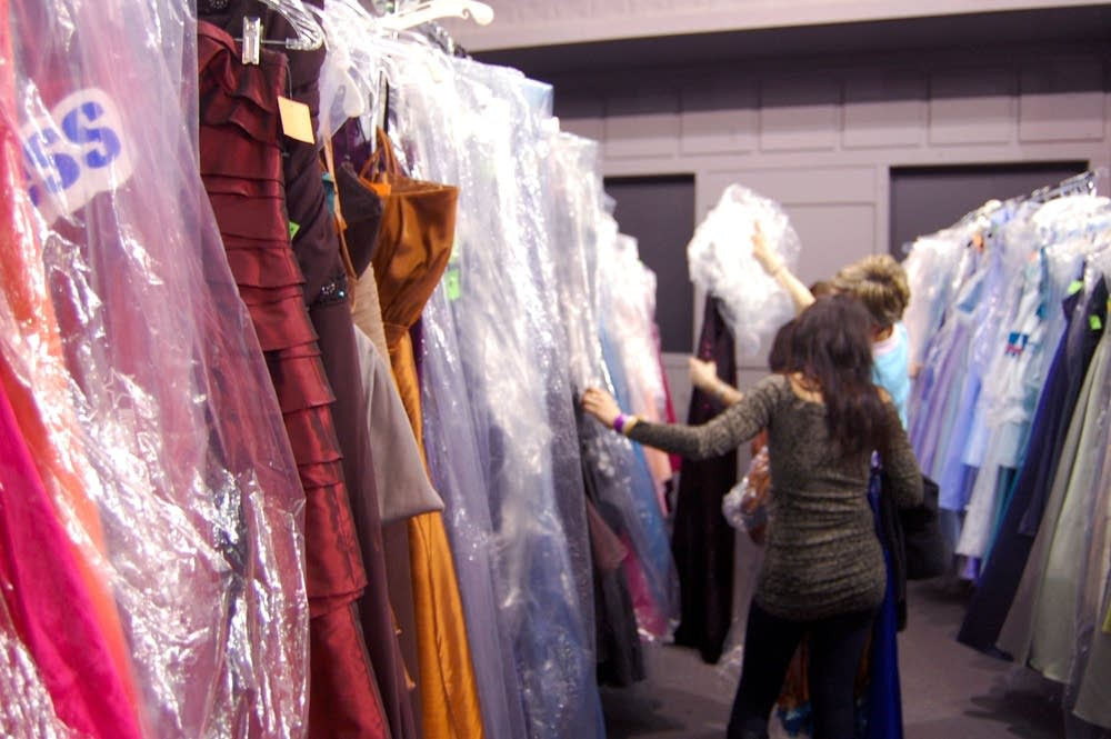 At Mall Of America Teens Prep For Prom Mpr News