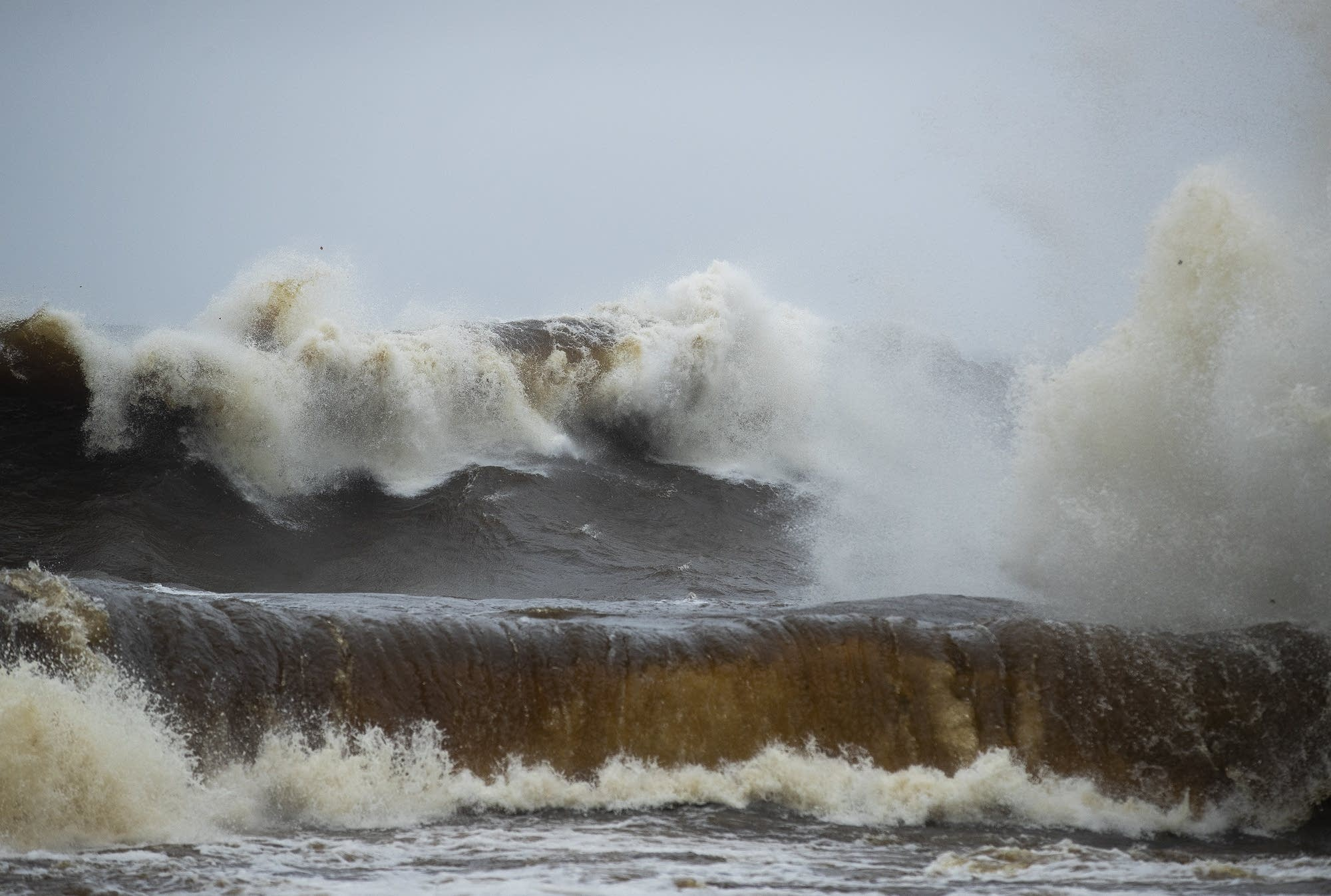 Waves pound the shoreline at Tettegouche State Park