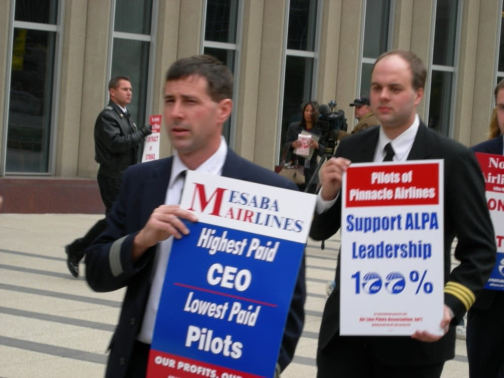 Mesaba Airlines pilots picket last fall