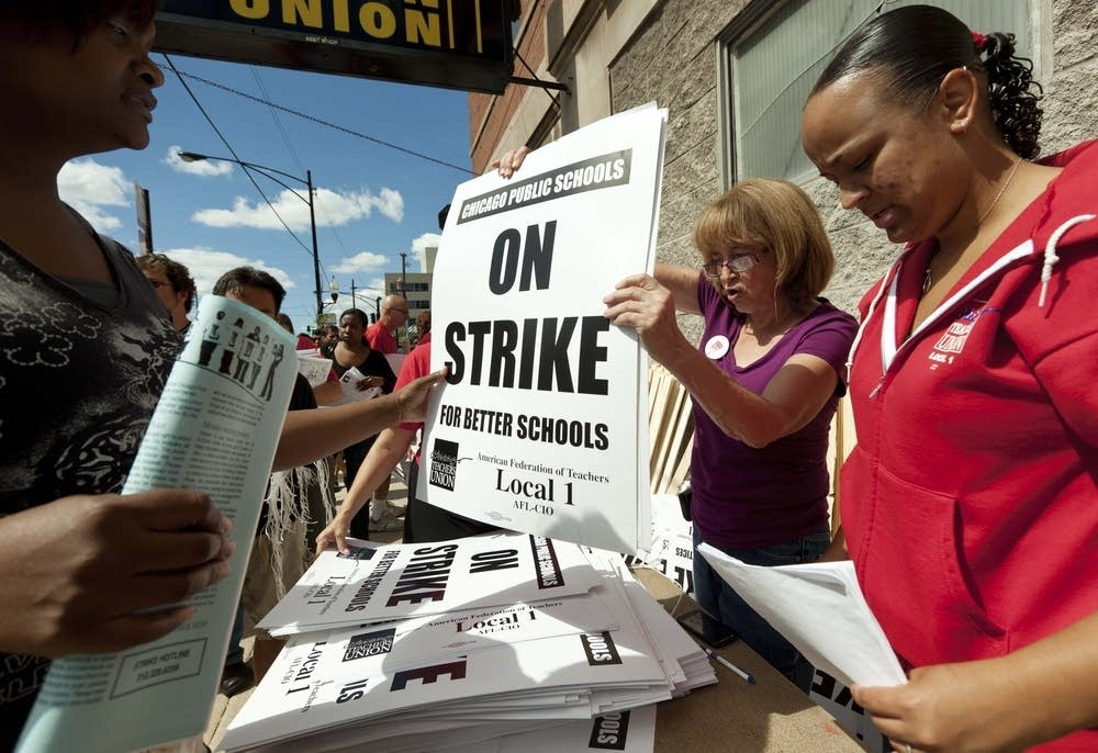 Union distributes strike signage
