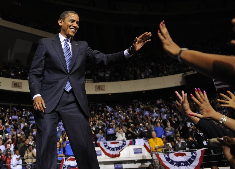 Obama greets supporter in Virginia