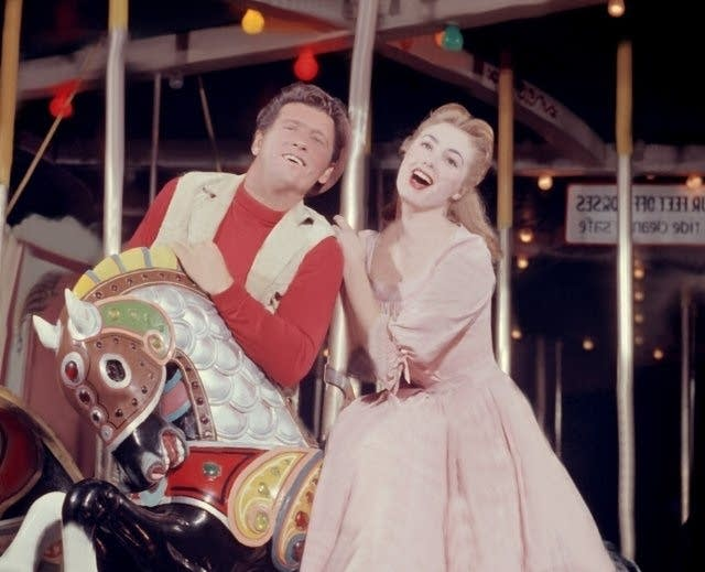 Still of Shirley Jones and Gordon MacRae