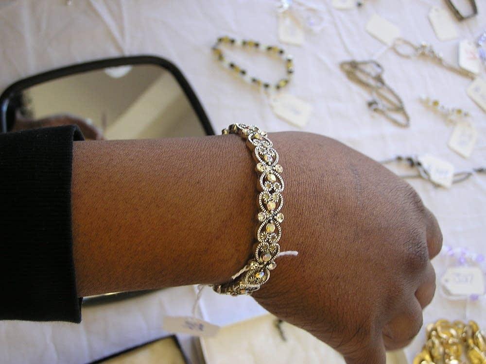 A bracelet that sparkles