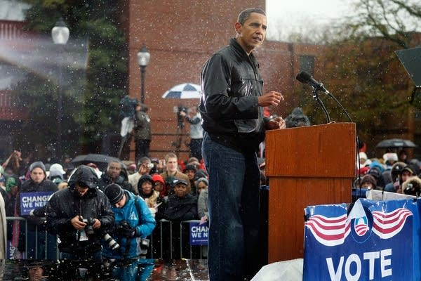 Obama campaigns in the rain in Pennsylvania