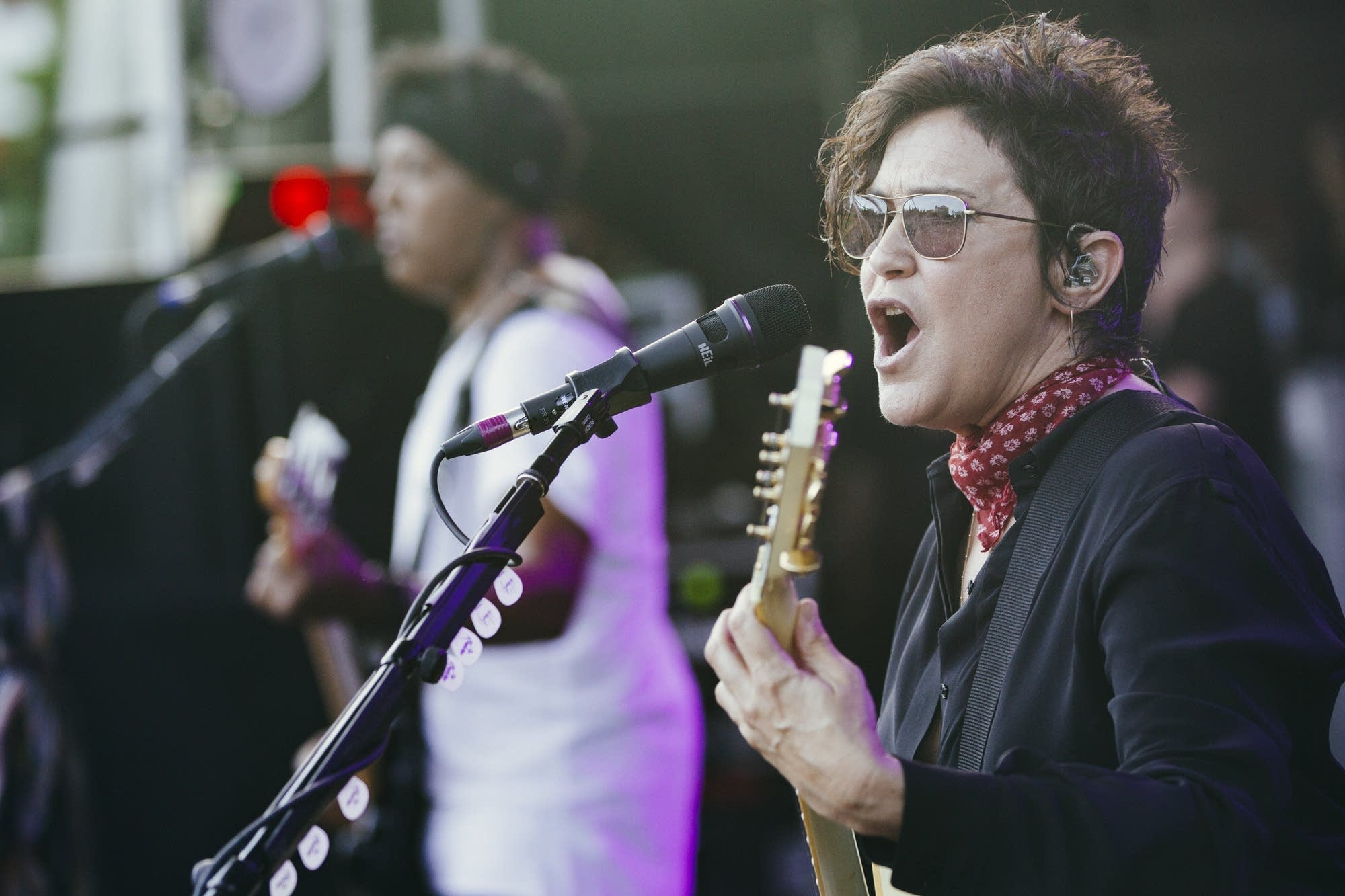 Wendy Melvoin sings.