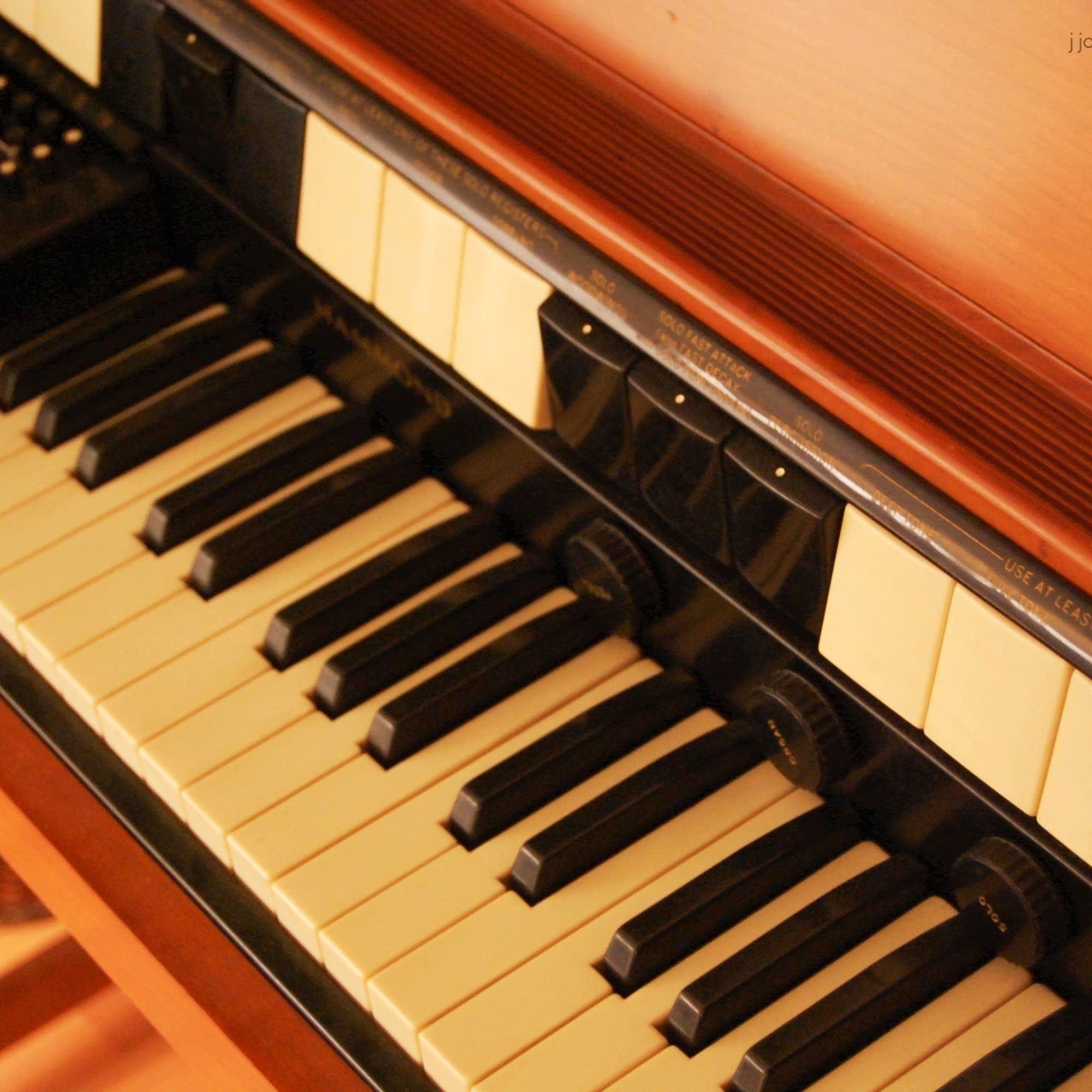 closeup on a hammond organ
