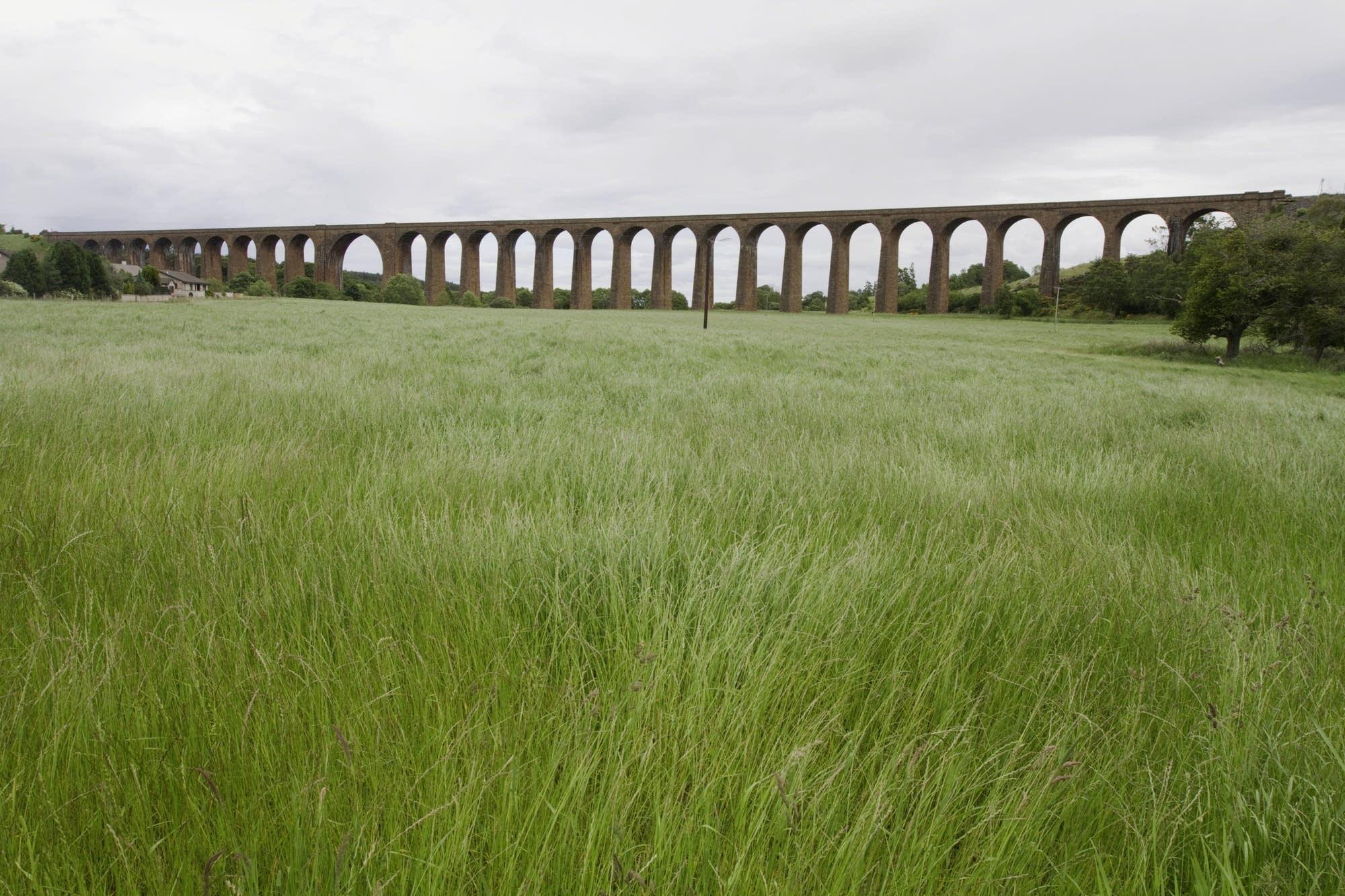 Edinburgh - 35 - Aquaduct and field