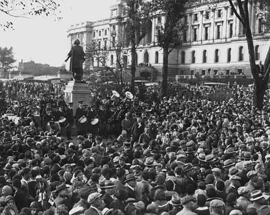 Photo of 1931 ceremony unveiling Columbus state at the state Capitol