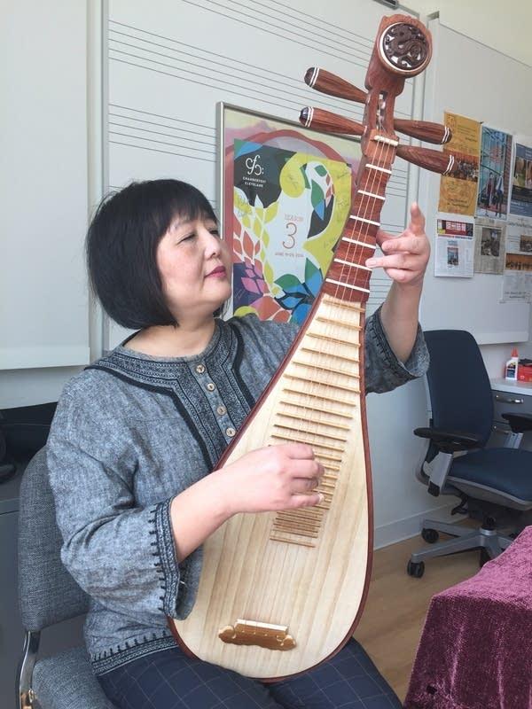 Gao Hong plays the Chinese pipa.
