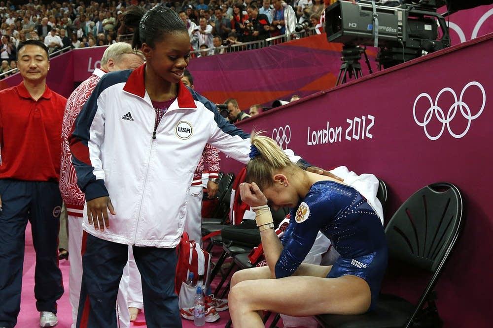 US gymnast Gabrielle Douglas (L) confort