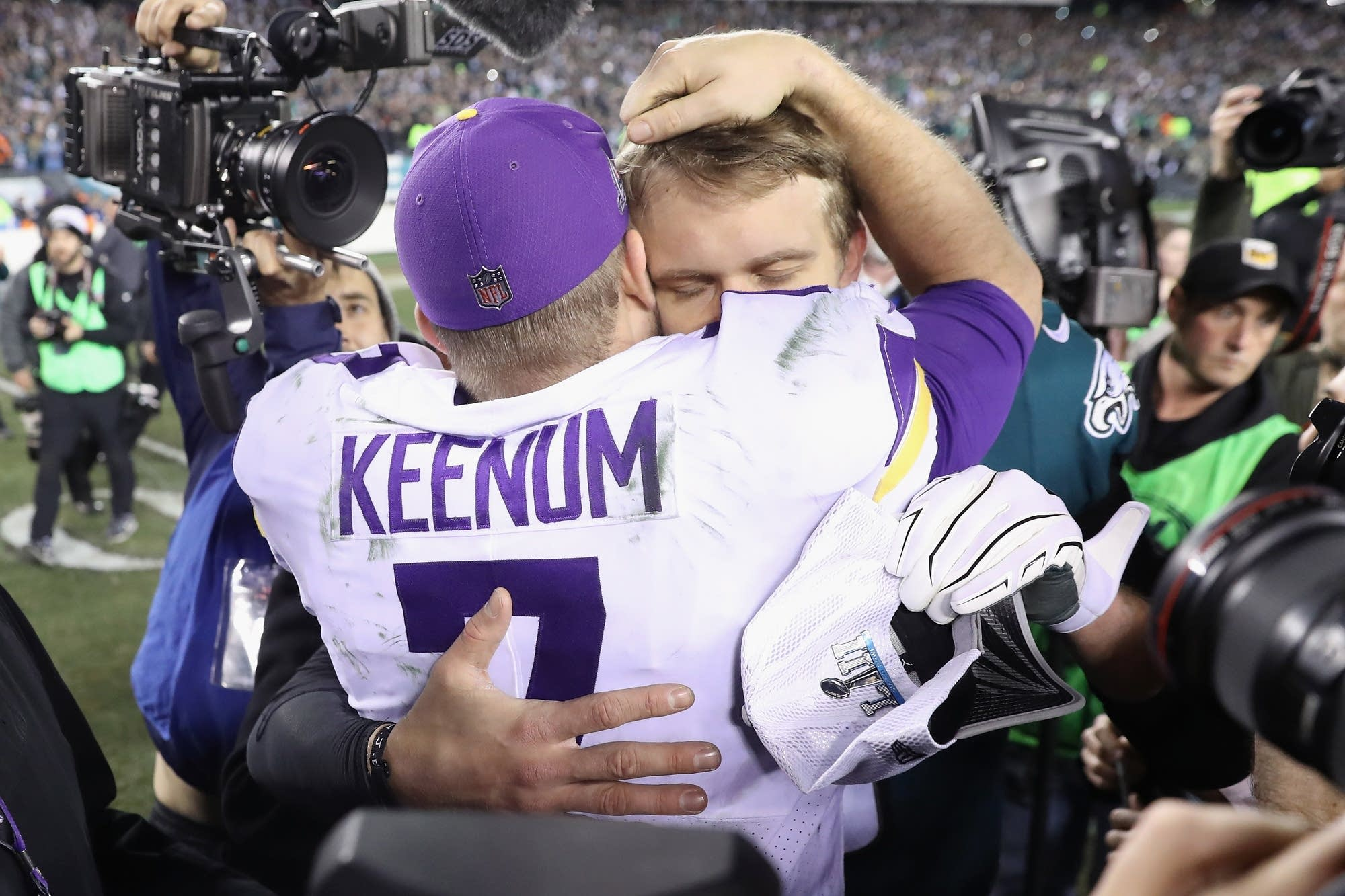 Nick Foles (9) of the Eagles hugs Case Keenum (7) of the Vikings