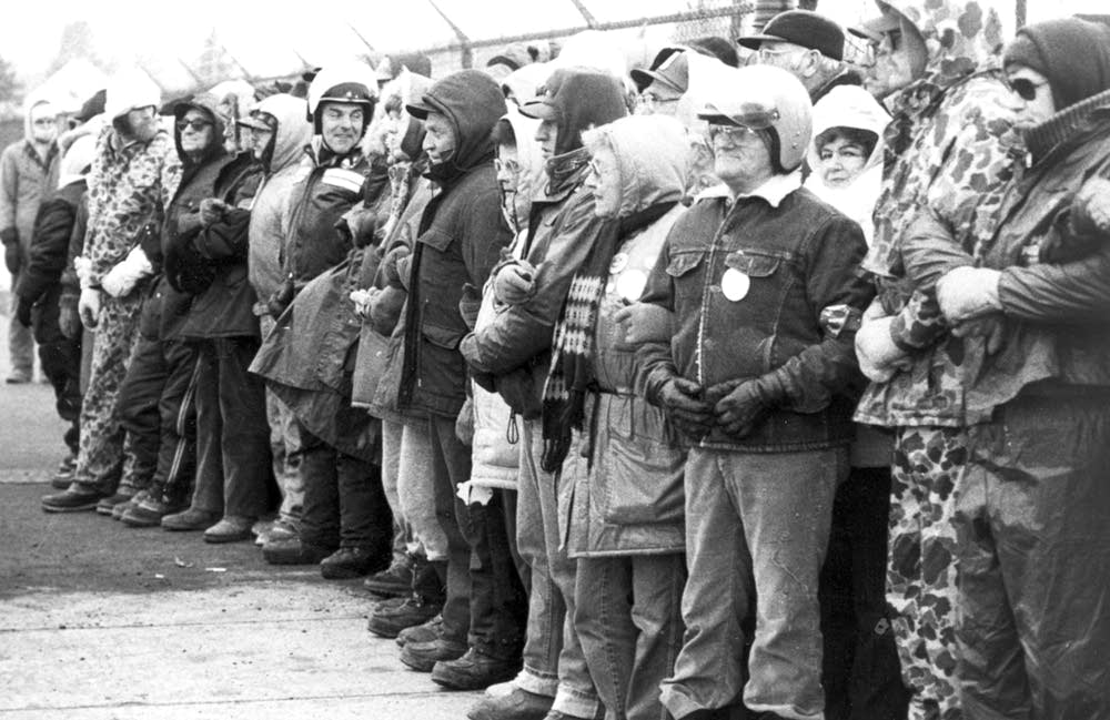 P-9 strikes form a picket line outside Hormel 1985