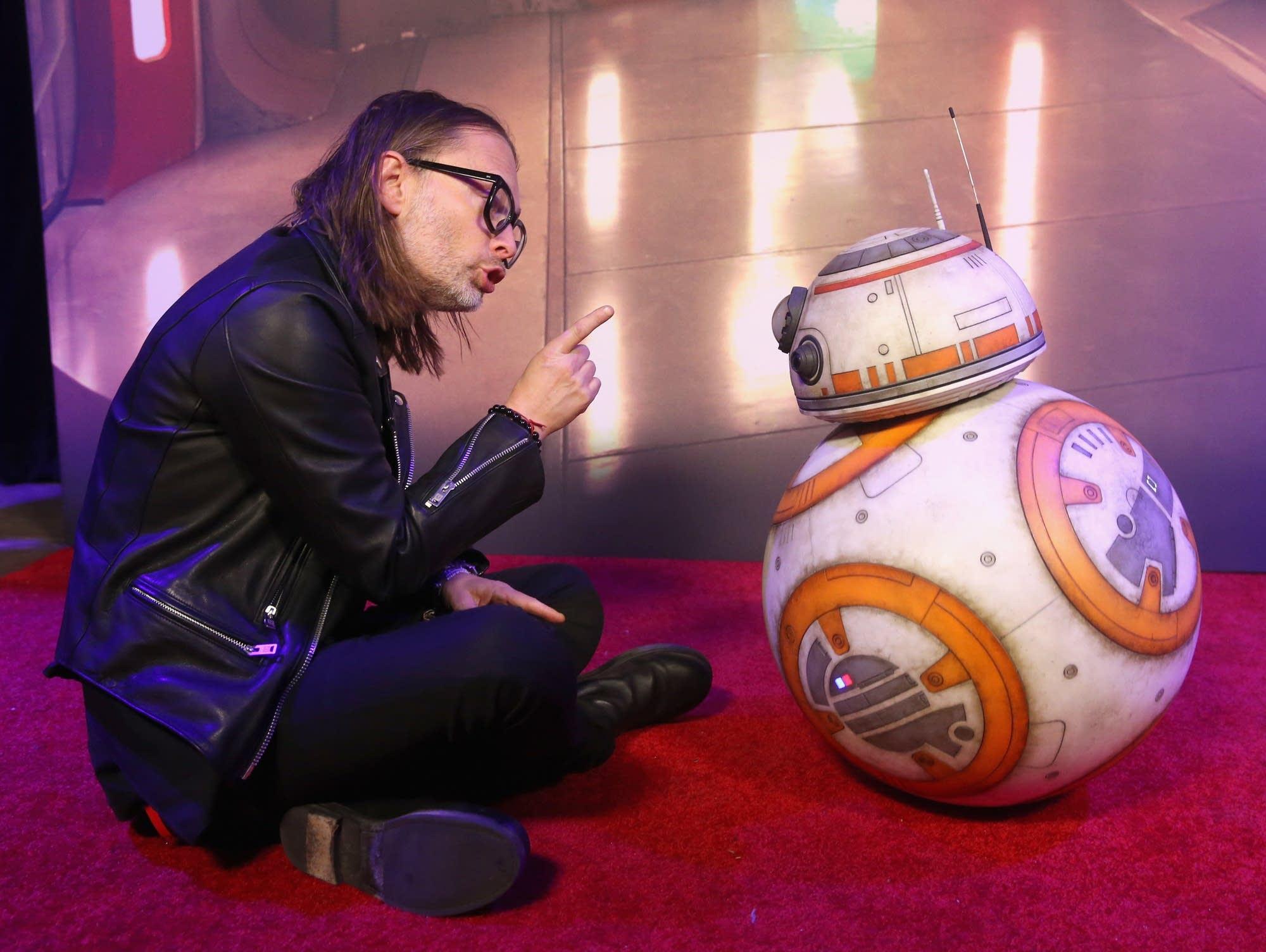 Thom Yorke meets BB-8 on the 'Last Jedi' premiere red carpet.