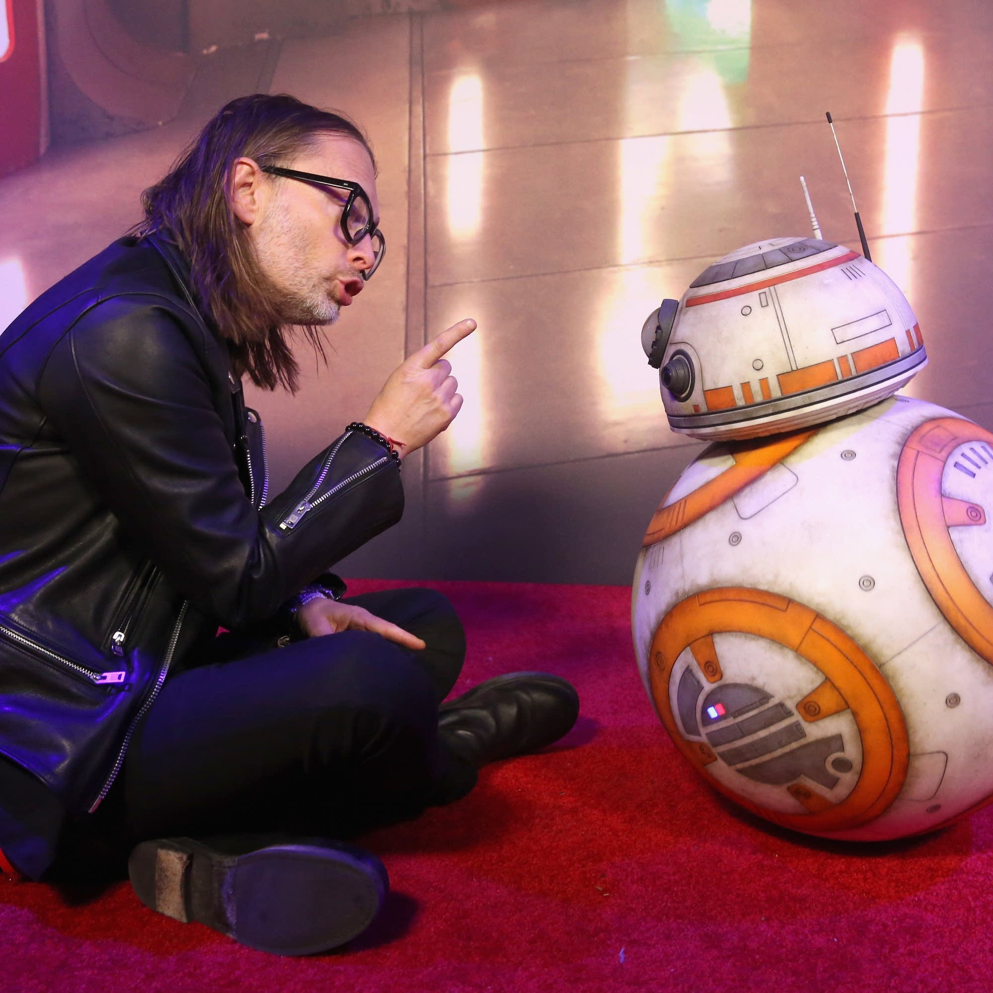 Thom Yorke meets BB-8 on the 'Last Jedi' premiere red carpet.