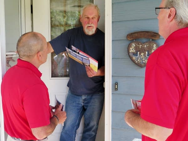 Jeff Howe (left) talked to Sauk Rapids resident Craig Lund